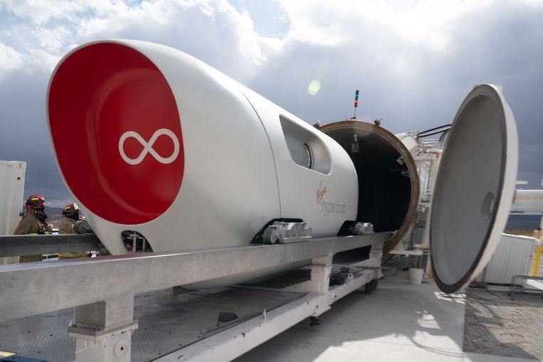 In de woestijn bij Las Vegas heeft een hyperloop voor het eerst passagiers vervoerd. Beeld EPA