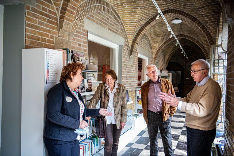Studiegroep in de bibliotheek van Huissen: Magda Steegh, Leonore Heres, Martin de Borst en Wim Fonteyn.  Beeld Koen Verheijden