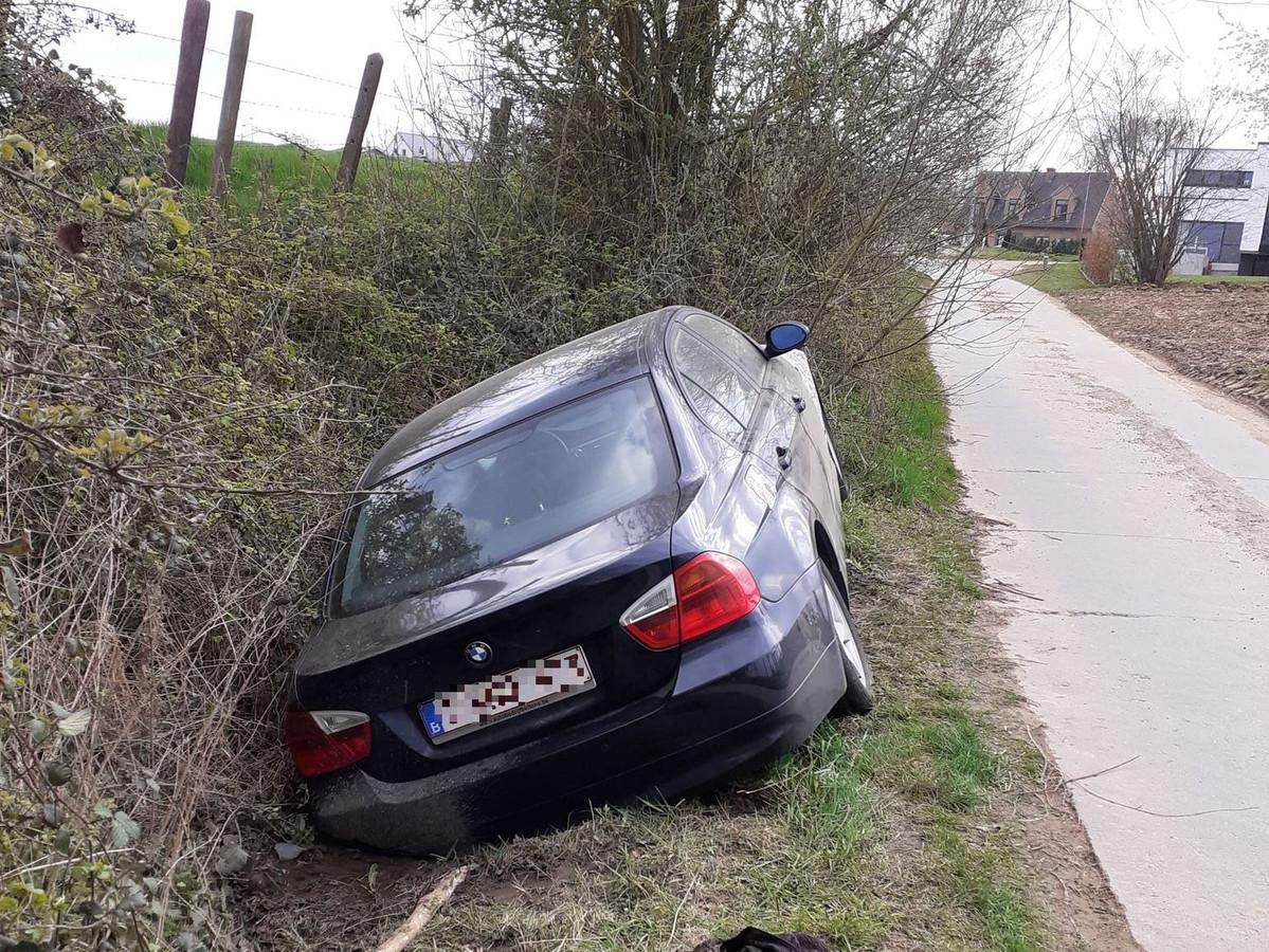 De BMW belandde tussen Letterhoutem en Sint-Lievens-Houtem in de gracht langs Rot.