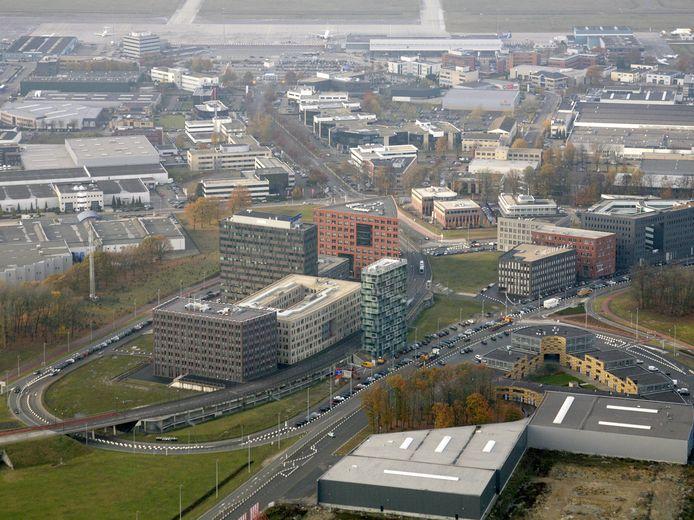 De locatie van het nieuwe hotel bij Eindhoven Airport, in het midden rechts van de glazen toren.