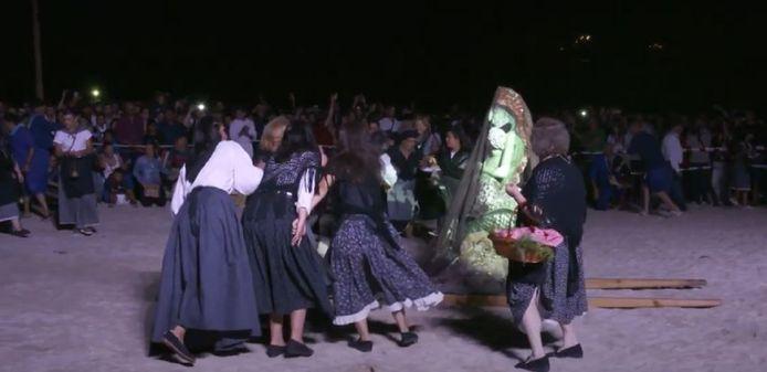 In klederdracht gehulde vrouwen tijdens het feest van A Maruxaina, de kleine zeemeermin van Galicië.