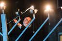 Opperrabbijn Jacobs ontsteekt de kaarsen, tijdens chanoeka in Enschede, december 2019