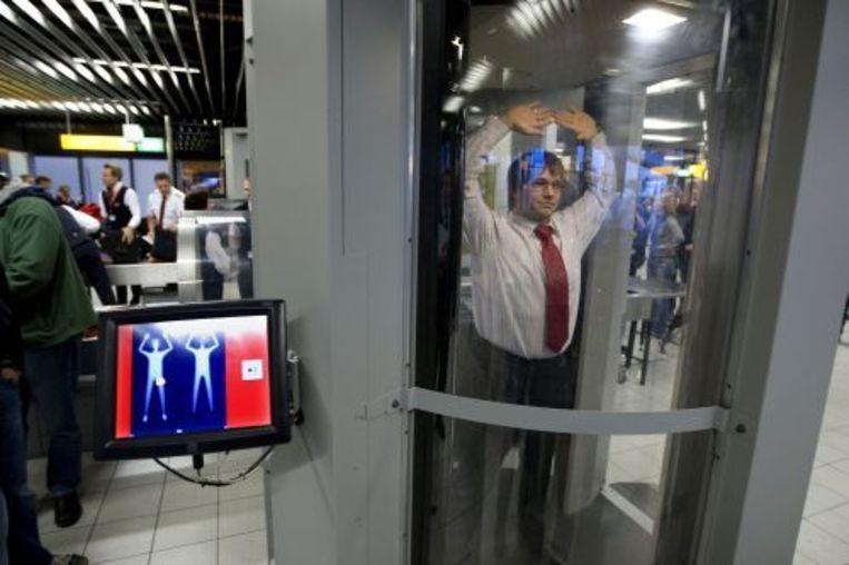Minister Ernst Hirsch Ballin wil de bodyscanners ook gaan inzetten op vluchten binnen de Europese Unie. Foto ANP Beeld