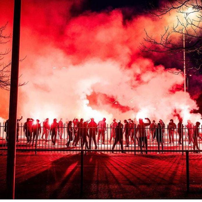 Vitessefans komen voor de halve bekerfinale tegen VVV samen bij stadion GelreDome in Arnhem.