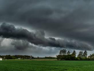 Zwaarbewolkte zaterdag met buien en af en toe een opklaring