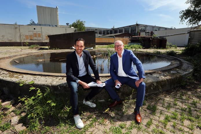 Maikel Foesenek (l) van Maas-Jacobs en Jan Voesenek van de NBU met op de achtergrond het oude fabriekscomplex van Kerry/Nibb-it.