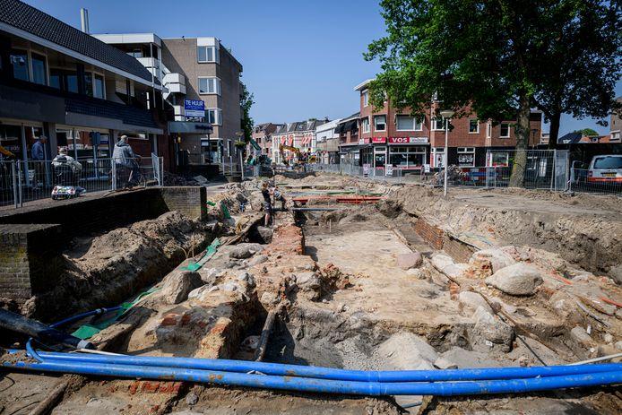 Archeologen doen onderzoek naar de Deurningerpoort.