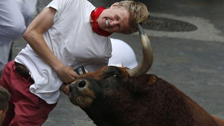 Een jongeman wordt gespietst in Pamplona Beeld epa