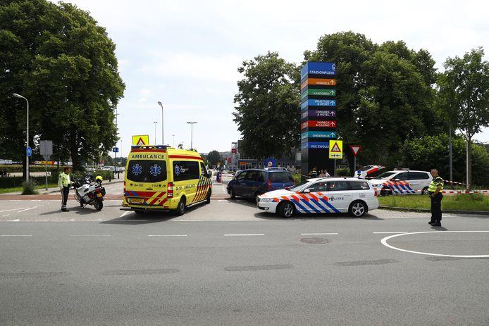 Ter hoogte van het Mac3Park-stadion is een Zwolse gewond geraakt toen ze op haar brommer werd aangereden door een auto.