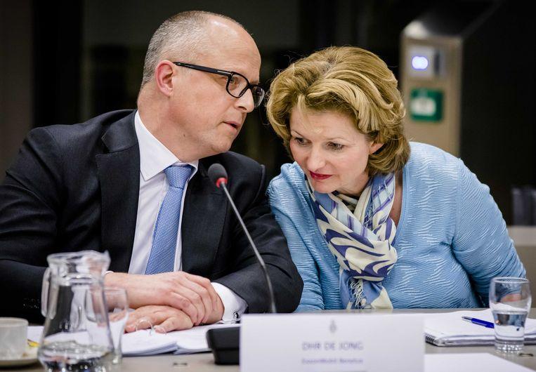 Rolf de Jong, directeur Benelux ExxonMobil en Marjan van Loon, CEO Shell Nederland,  tijdens een hoorzitting in de Tweede Kamer over het besluit van Shell om NAM juridisch op afstand te zetten. Beeld null