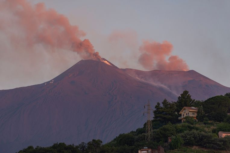 De Etna is afgelopen nacht weer actief geworden.
