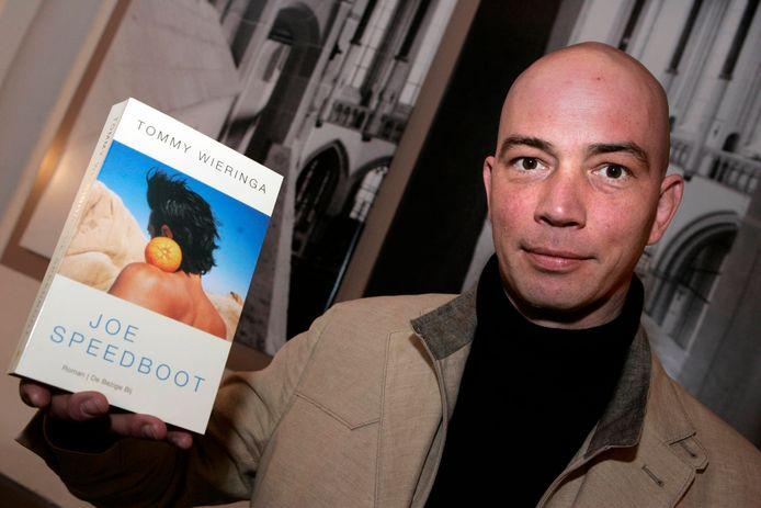 Tommy Wieringa met een exemplaar van zijn roman 'Joe Speedboot'.