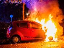 Brandweer voorkomt ontploffing lachgasfles bij autobrand in Eindhoven