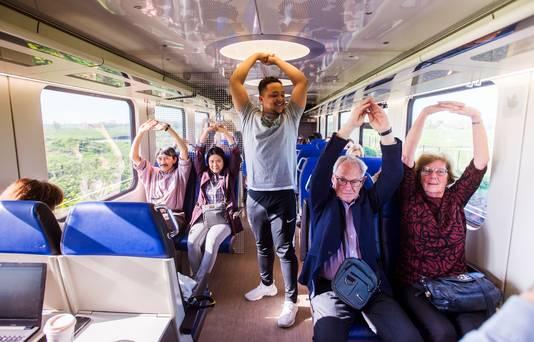Rotterdam - De mannen van travelfit kregen de mensen aan het bewegen in de trein.