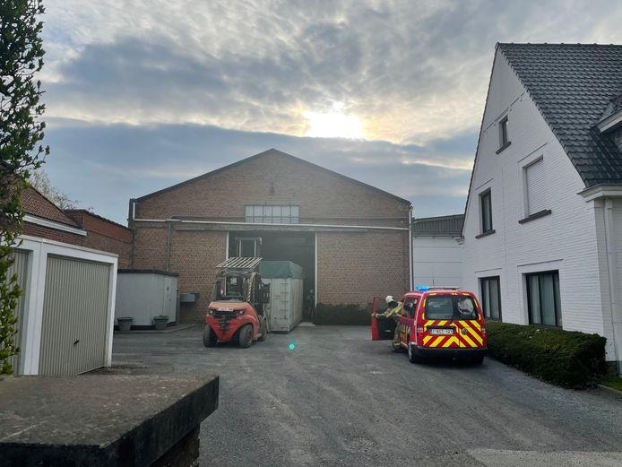 Een loods bij vlasverwerkend bedrijf Leon Vandecasteele in Lendelede vulde zich met rook.