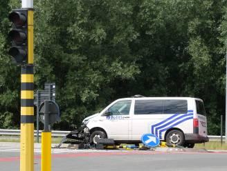 Politiecombi crasht onderweg naar agressie in bedrijf, agent gewond naar ziekenhuis