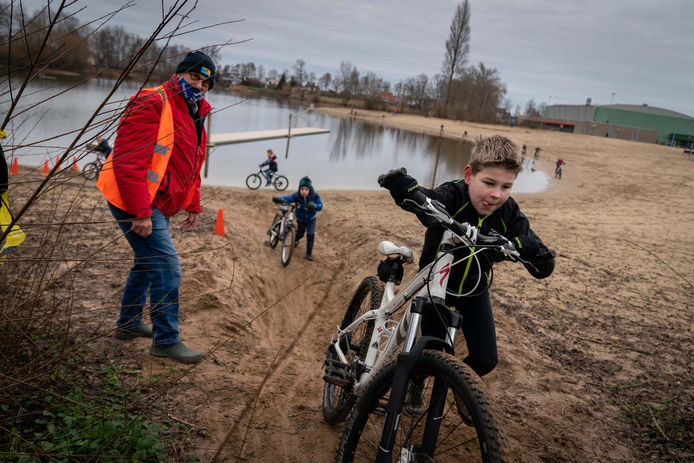 Fietscrossende kinderen op sportpark Walburgen