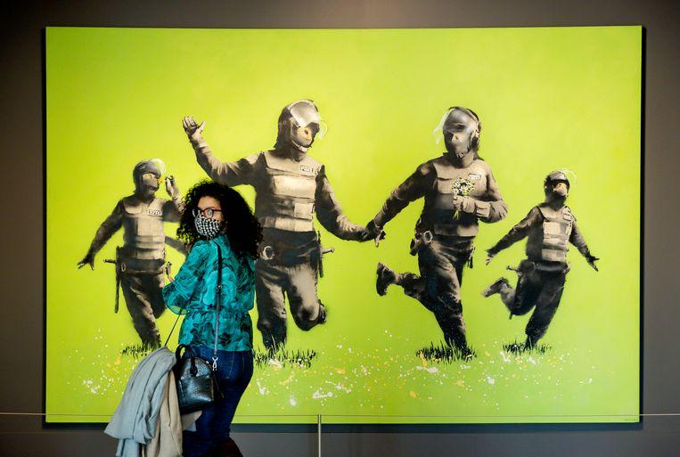 Een bezoeker van het Moco Museum Beeld Hollandse Hoogte /  ANP