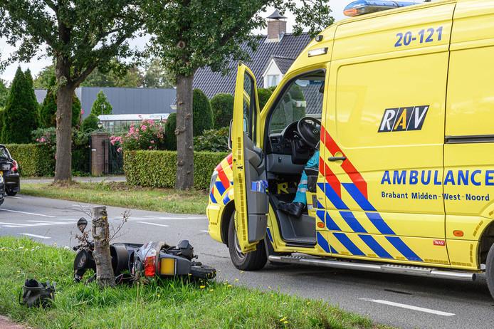 Bestuurster scooter naar ziekenhuis na aanrijding met auto.
