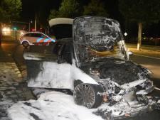 Auto vliegt tijdens het rijden spontaan in brand in Den Bosch