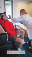 Vojvoda krijgt tijdens de coronatest een wattenstaafje in de neus.