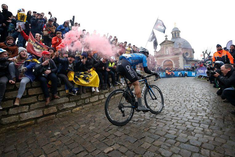 Michael Goolaerts in actie tijdens de beklimming van de Muur-Kapelmuur tijdens de Ronde van Vlaanderen. Hij overleefde een hartstilstand tijdens Parijs-Roubaix niet. Beeld ANP