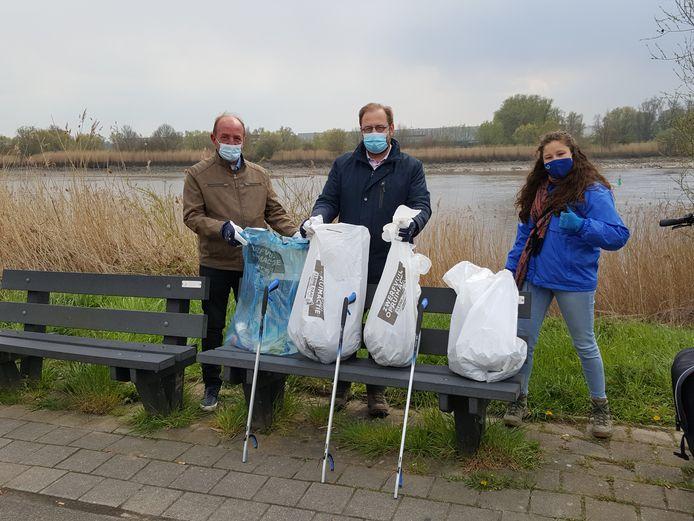 Schepen van Milieu Eddy Soetewey (N-VA), links, samen met burgemeester Tom De Vries (Open Vld) tijdens een zwerfvuilactie.