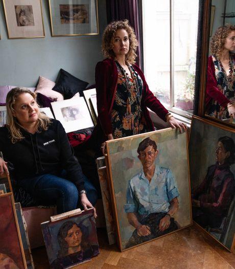 Dochters vinden verstopte werken van overleden kunstenaar in dubbel plafond