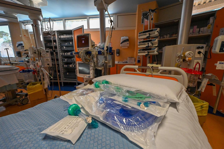 Een intensivecarebed in een ziekenhuis in Rome. Beeld AFP