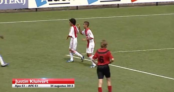 Justin Kluivert (midden) viert een goal.