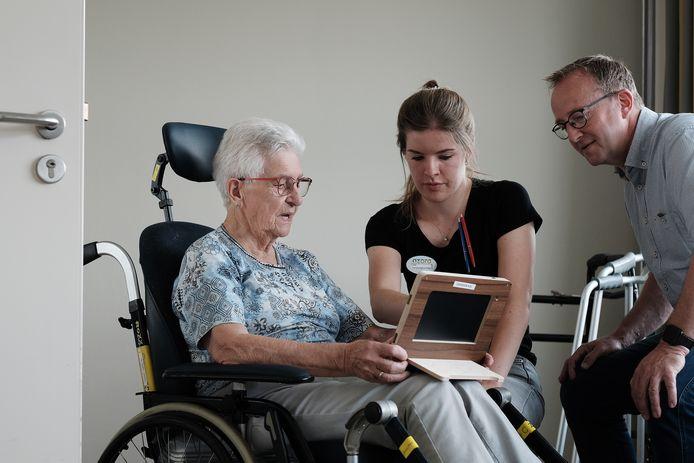 Mevrouw Tempel (links) in gesprek met verpleegkundige Lisa en manager Alfred Boerman op de Acute Care Unit van Antonia in Terborg. In deze unit worden kwetsbare ouderen opgevangen.
