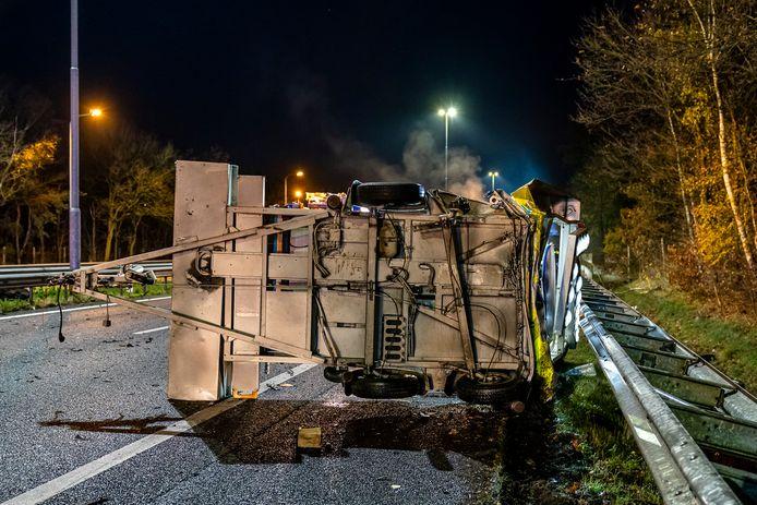 De auto botste op een pijlwagen.