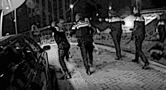 De politie verwijdert de groep overlastgevers in Breukelen.