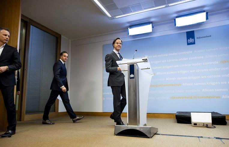 Minister-president Mark Rutte en minister Hugo de Jonge (Volksgezondheid, Welzijn en Sport) tijdens hun persconferentie over de coronamaatregelen.  Beeld ANP - Sem van der Wal