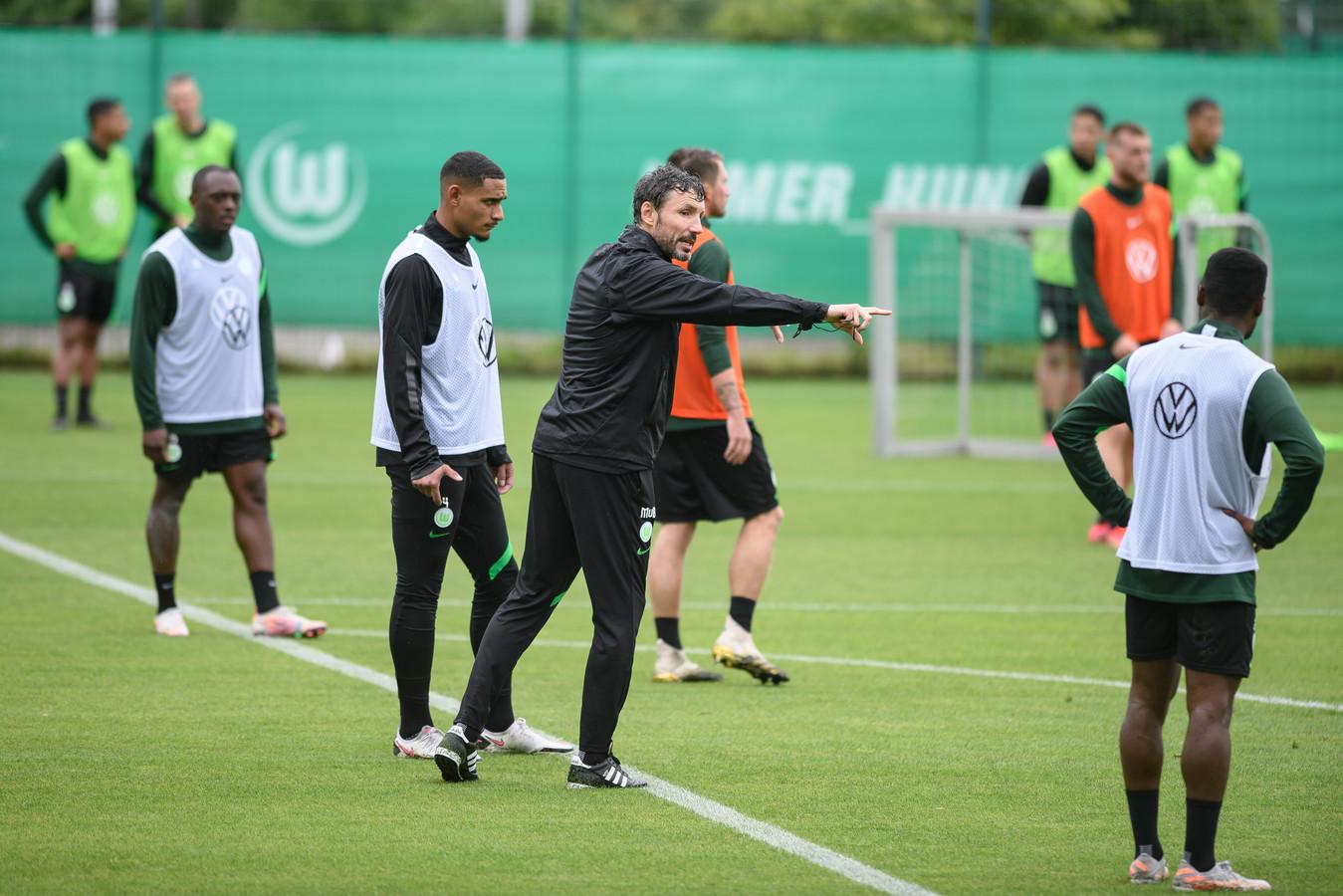 Mark van Bommel tijdens een training van VfL Wolfsburg.