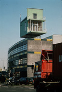 Het stormbestendige 'Pioniershuisje' dat John Körmeling op een douanekantoor in Rotterdam bouwde.