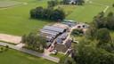 De geitenboerderij aan de Beemterweg vanuit de lucht. Direct schuin links daarachter staat verscholen tussen bomen de omstreden recreatiewoning.