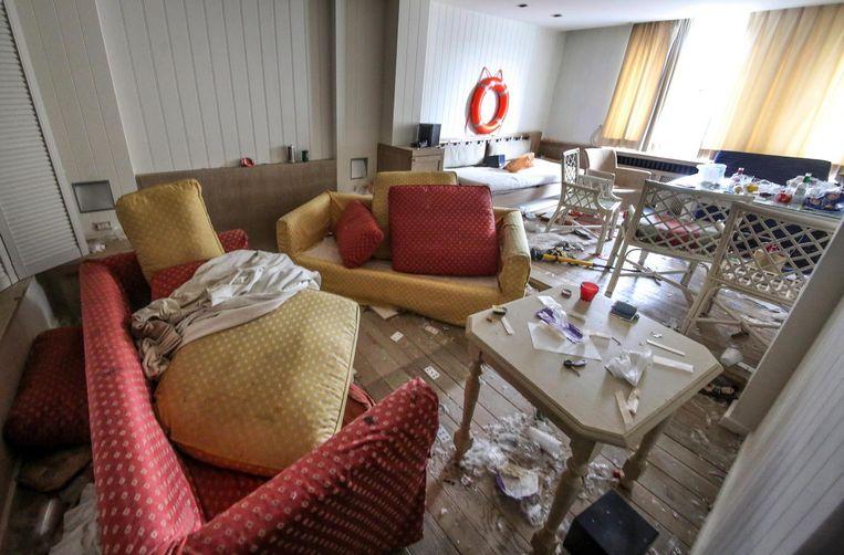 In het hotel liggen vuile lakens en achtergebleven afval.