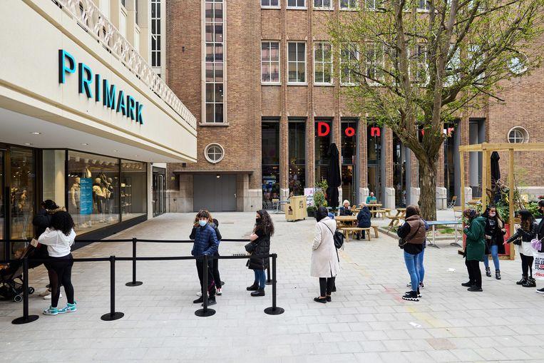 Winkelende mensen in de wachtrij voor de Primark in Rotterdam. Winkels mogen weer klanten ontvangen zonder afspraak. Beeld ANP