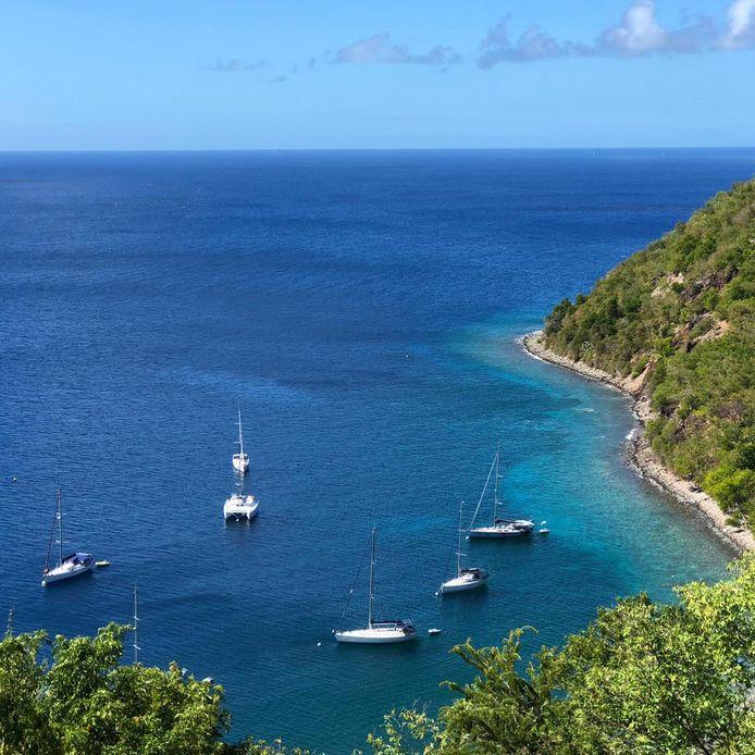 Voor anker bij Ilêt de Cabris, dat valt onder het overzeese Franse departement Guadeloupe.