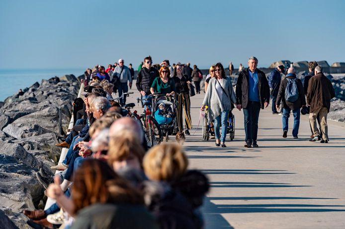 Des promeneurs sur la digue à Ostende, en février 2019.