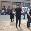 Slager Bart Buyse kreeg hulp van vrienden Stefaan Naert, Filip Lecluyse en zoon Lewie bij het bakken van de frietjes en het uidelen van goederen in Verviers, Treux en Pepinster.