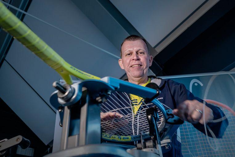 Edwin Gruijs, bespanner van tennisrackets. Beeld Patrick Post