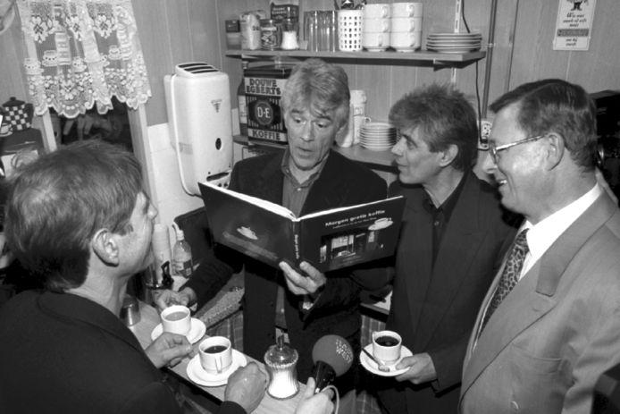 Kees van Kooten krijgt in 1999 in het toenamilige Volksbuurtmuseum het eerste exemplaar van het boek Morgen Gratis Koffie van Jan en Frans de Leef. Rechts uitgever Dick van der Toorn.
