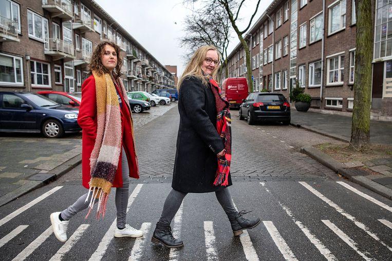 Louise van Gend (links) en Elizabeth Veerbeek, twee van de bewoners van de Fazantstraat die actie voeren tegen de sloop.  Beeld Guus Dubbelman