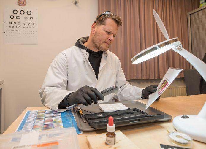Jaco Havenaar (preventiemedewerker) voert een drugstest uit.