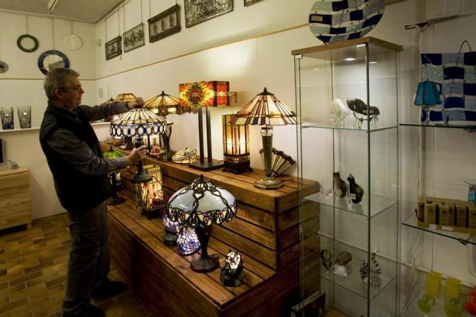Jan van Bakel in het nieuwe deel van zijn glasatelier in Doesburg. foto Henk Rodrigo