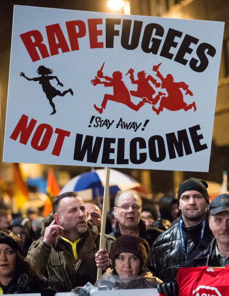 Voor voorzitter Lutz Bachmann (l.) en zijn Pegida-beweging zijn vluchtelingen verkrachters en niet welkom in Duitsland. 'Meer dan ooit is het tijd voor politici die de boel bij elkaar kunnen houden', stelt Loobuyck. Beeld getty