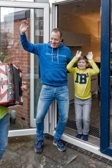 Niek (57) verrast mensen met Deuntje aan de deur: 'Het is de een na de ander'