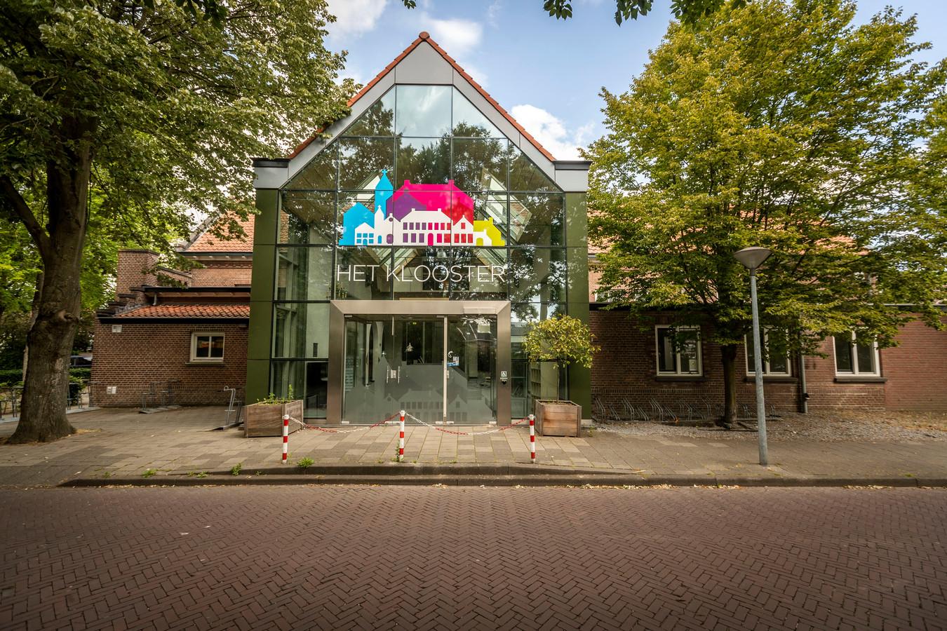 Dorpshuis Het Klooster is sinds de verkoop volgend jaar geen eigendom meer van Waalre, maar de gemeenteraad wil zich alsnog inzetten om de investeerders aan gemaakte afspraken te houden.